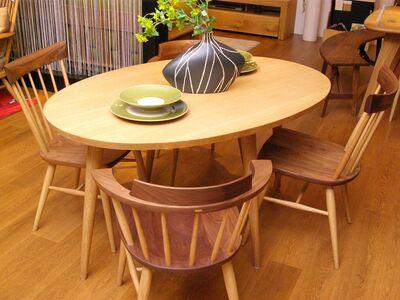 飛騨高山の楕円テーブル