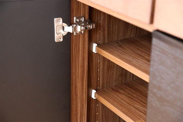 キッチンボード ダンパー付き蝶番を採用、静かに閉まります