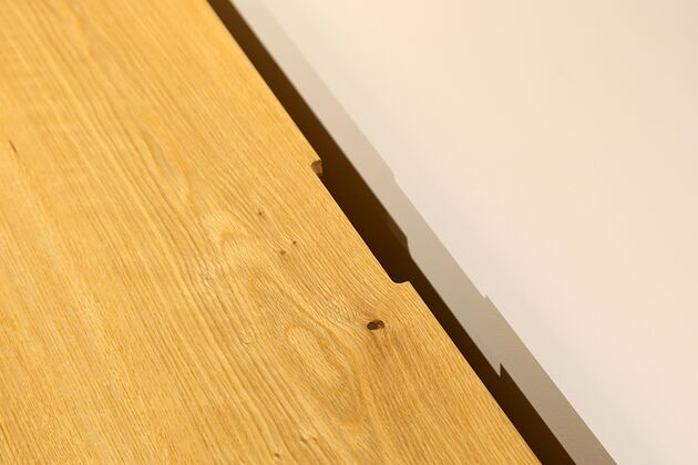 CUDDLE(カドル) テレビボード 配線は天板中央奥側のかきこみを通して壁にピッタリ設置できます。