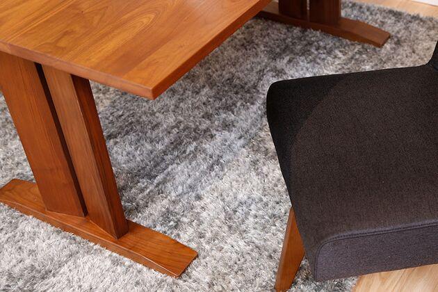 WEBB(ウェッブ)ローダイニングテーブル(WN) 脚の土台は邪魔にならないように先端が薄くなっています