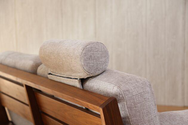 WEBB(ウェッブ)2Pソファ 木部への負担を軽減するためにヘッドレストの支柱部分もカバーがあります