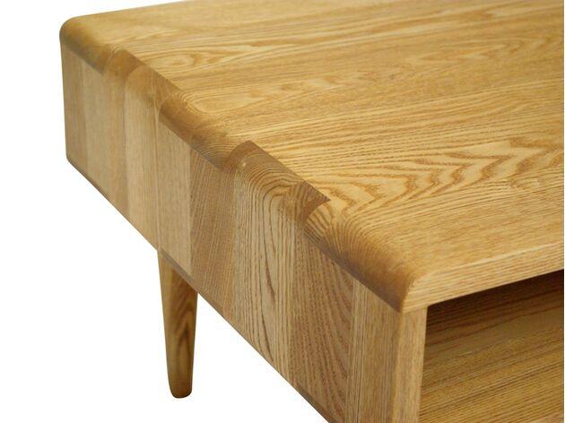 繊細で美しい無垢材のリビングテーブル